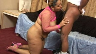 Fat ebony whore Alize giving blowjob to a skinny black dude
