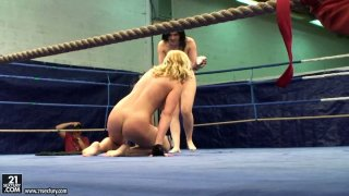 Kathia Nobili and Angell Summers are fighting on a boxing ring