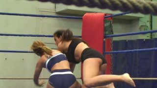 Nude wrestlers Lisa Sparkle & Linda Ray gonna have a fight